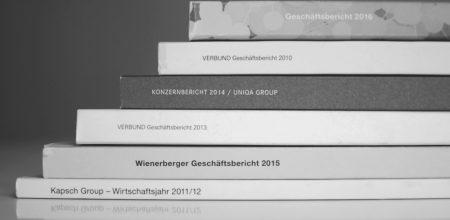 Gestapelte Geschäftsberichte - Corporate-Publishing-Projekte der Schreibagentur