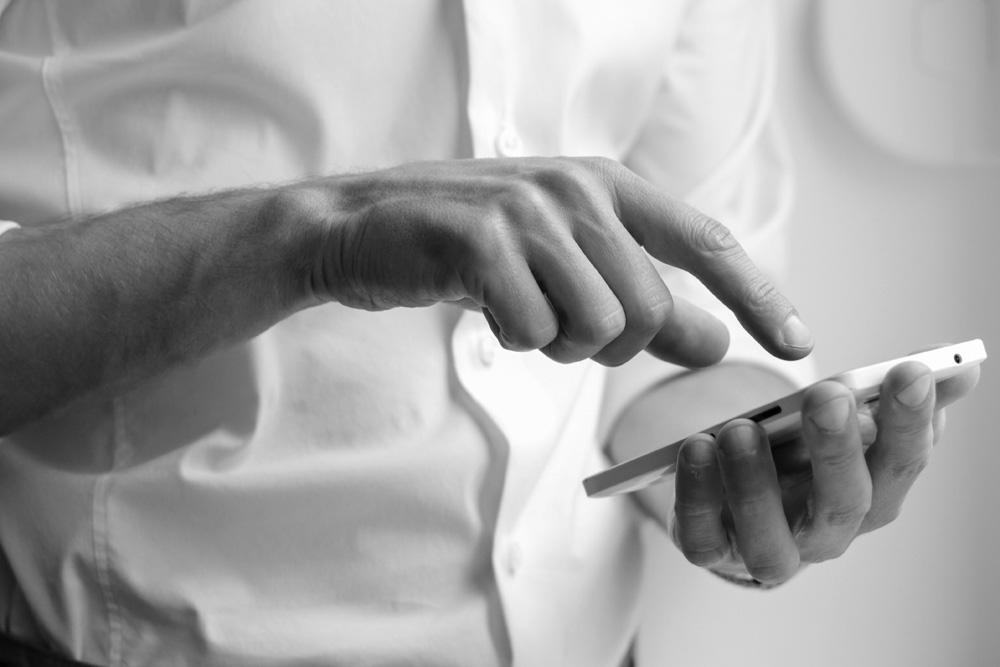 Ein User tippt auf sein Smartphone.