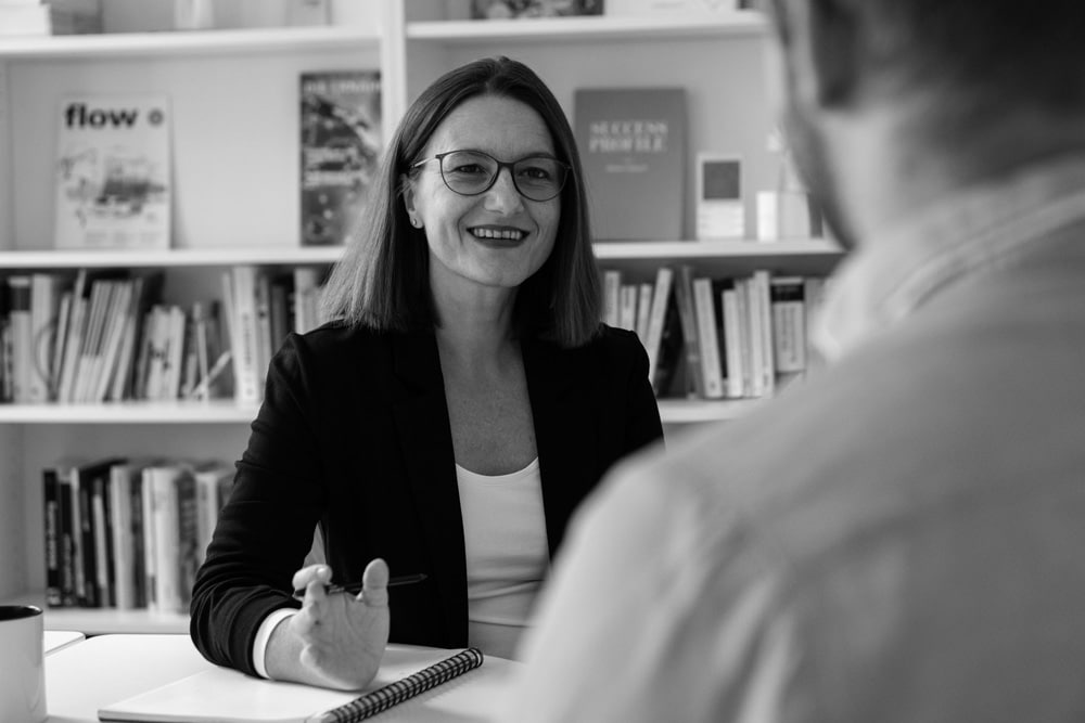 Schreibagentur-Leiterin Claudia Riedmann mit Interviewer