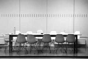 Meetingraum in schwarz weiß.