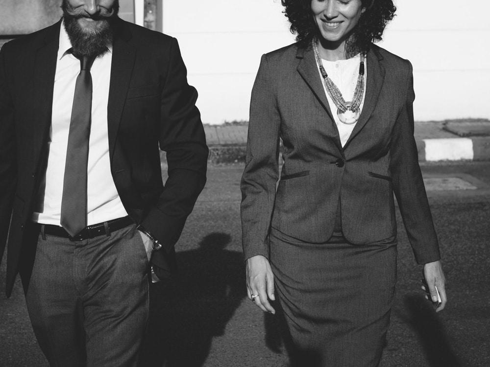 Mann und Frau im Business-Look, schwarz-weiß.