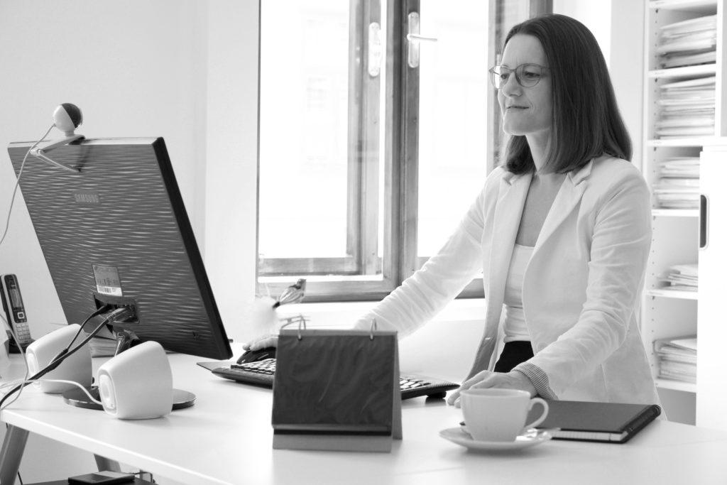 Agenturleiterin Claudia Riedmann im Büro der Schreibagentur.