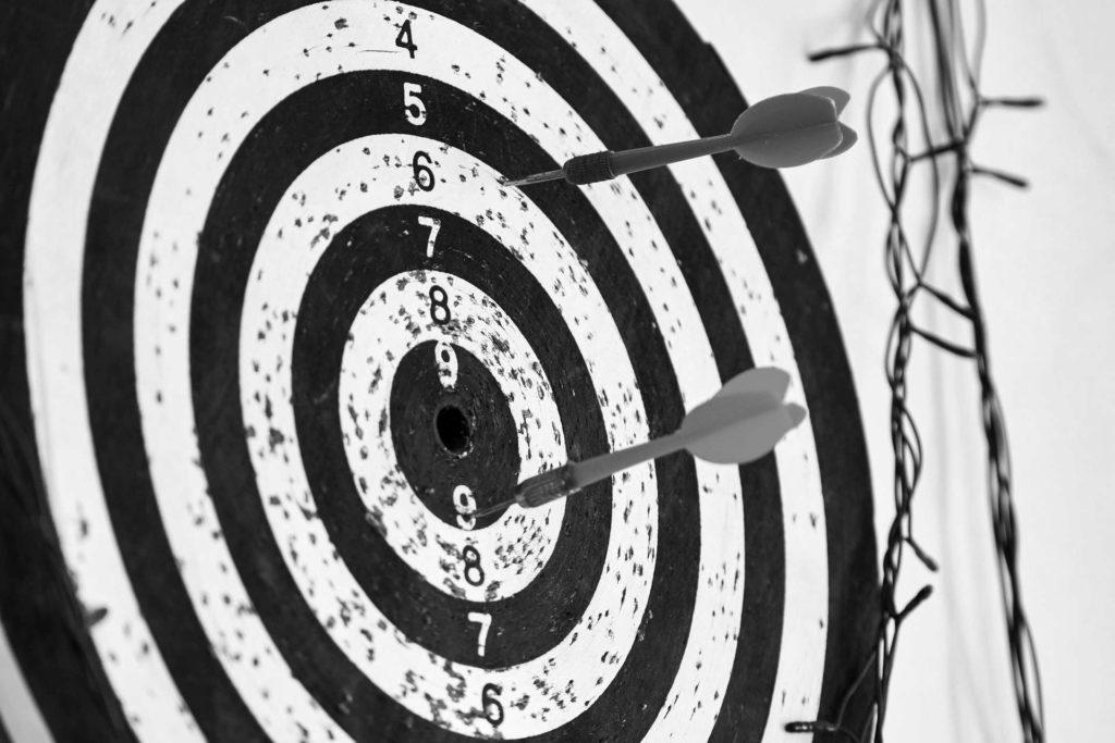 Mit der Buyer Persona sprechen Sie Ihren Kundenkreis zielgerecht an – hier anhand einer Zielscheibe mit Dartspfeilen demonstriert.